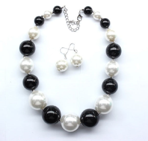 Black and White Graduating Pearl Beaded Necklace with Earrings