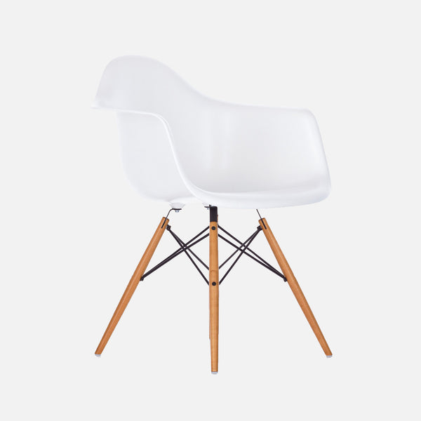Eames Replica Armchair Chair – Wooden legs DAW – White Perspective
