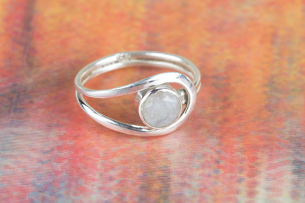 Moonstone Ring..Sterling SIlver Ring..Round Moonstone..Stacking Ring..Everyday Ring..Healing Crystal..Gift For Her..Minimalist Ring..Gypsy