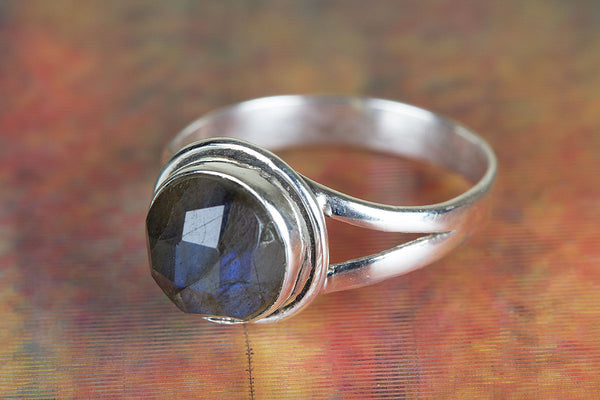Faceted Labradorite Ring, 925 Sterling Silver, Dainty Ring, Attract Ring, Healing Ring, Modern Design Ring,Blue Flash ring,casual Ring, Statement Ring, Unique Stylish Ring, Attractive Ring, Victorian Ring, Latest Trendy Ring,Attract Ring,casual Ring,Gift
