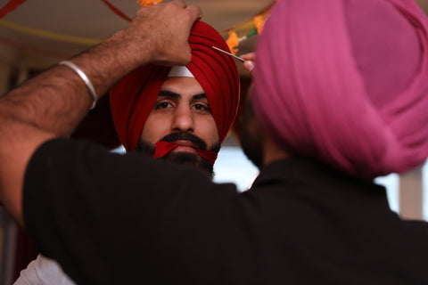 Adjusting the turban with a salai