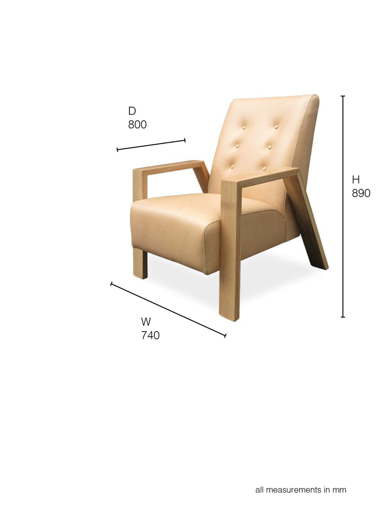 Mogambo Armchairs in camel leather with oak arms dimensions