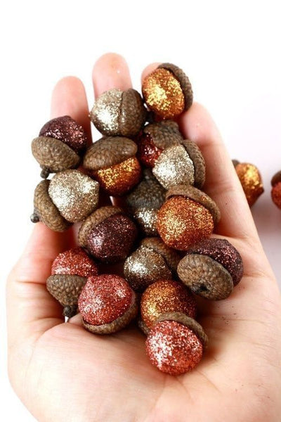 Glitter Acorn Decor. Fall Decor. Great for Thanksgiving. Fall DIY. Link found at socialcrafts.com #falldecor #diyfalldecor #thanksgivingdecor #easydiy #thanksgivingdiy #glitter #glitteracorns #glitterdiy #glitterdecor