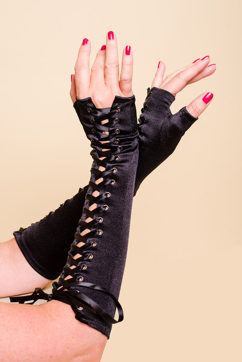 BLACK FINGERLESS SATIN GLOVES WITH LACES