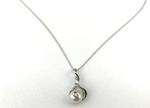 Galatea Diamond in a Pearl Necklace Leaf Style