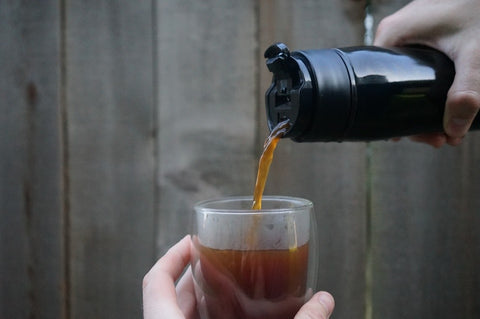 KOHIPRESS pouring coffee over glass cup
