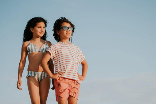 Little Fashion Addict - Sproet & Sprout - Zomercollectie 2021 - Zwemshort Cherry Red - Camel - Sfeerfoto