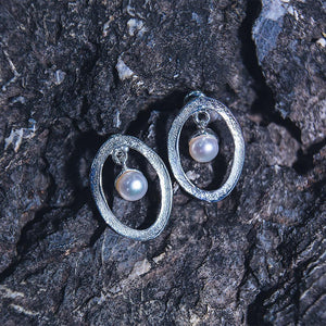 925 silver earrings: oval shape with freshwater pearl hanging inside