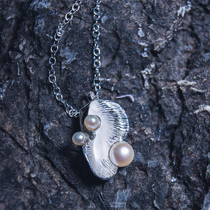 Shell shaped sterling silver pendant with 3 fresh water pearls