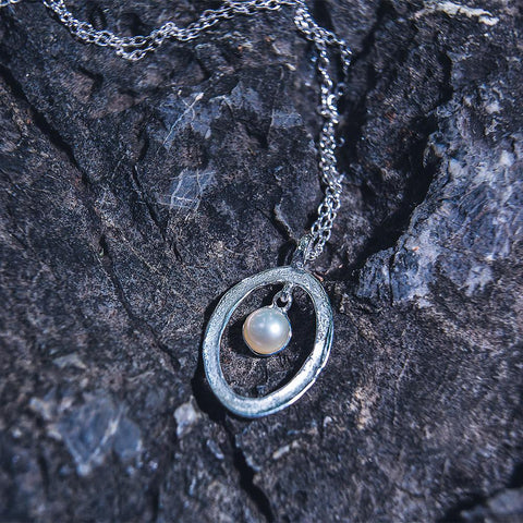 925 sterling silver necklace: a pearl hang freely inside oval frame