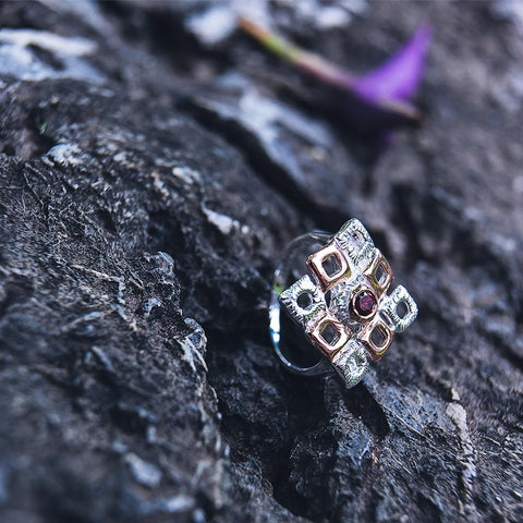Big square sterling silver ring, rhodium plated, with garnet gemstone