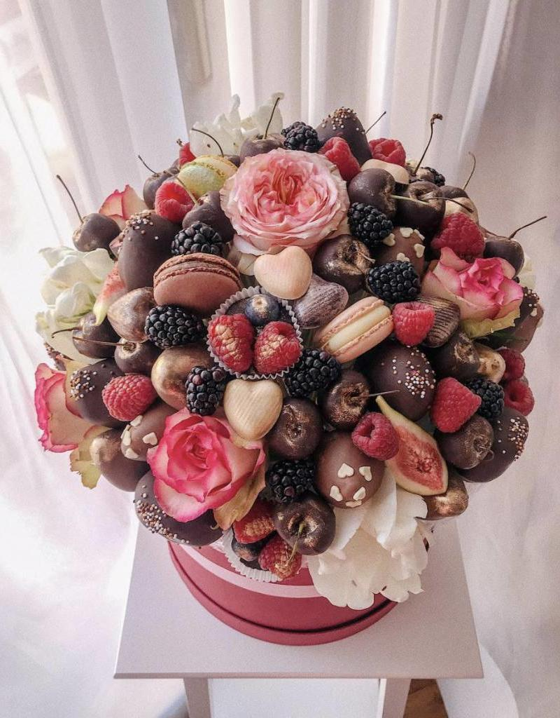 Edible flowers, edible blooms, strawberries in chocolate, chocolate bouquet, sweet bouquet