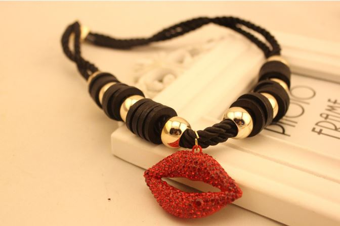lips-necklace-2.jpg