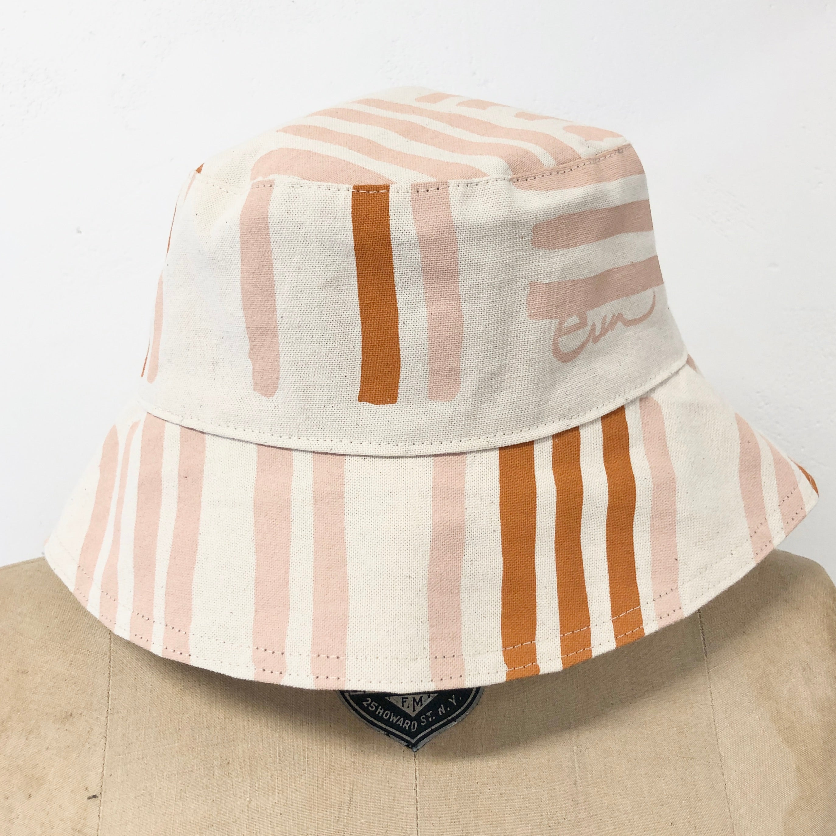 DUSTY PINK GRID BUCKET HAT
