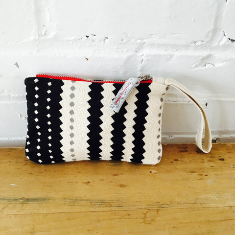 BLACK AND OATMEAL ZIG ZAG ZIPPER BAG