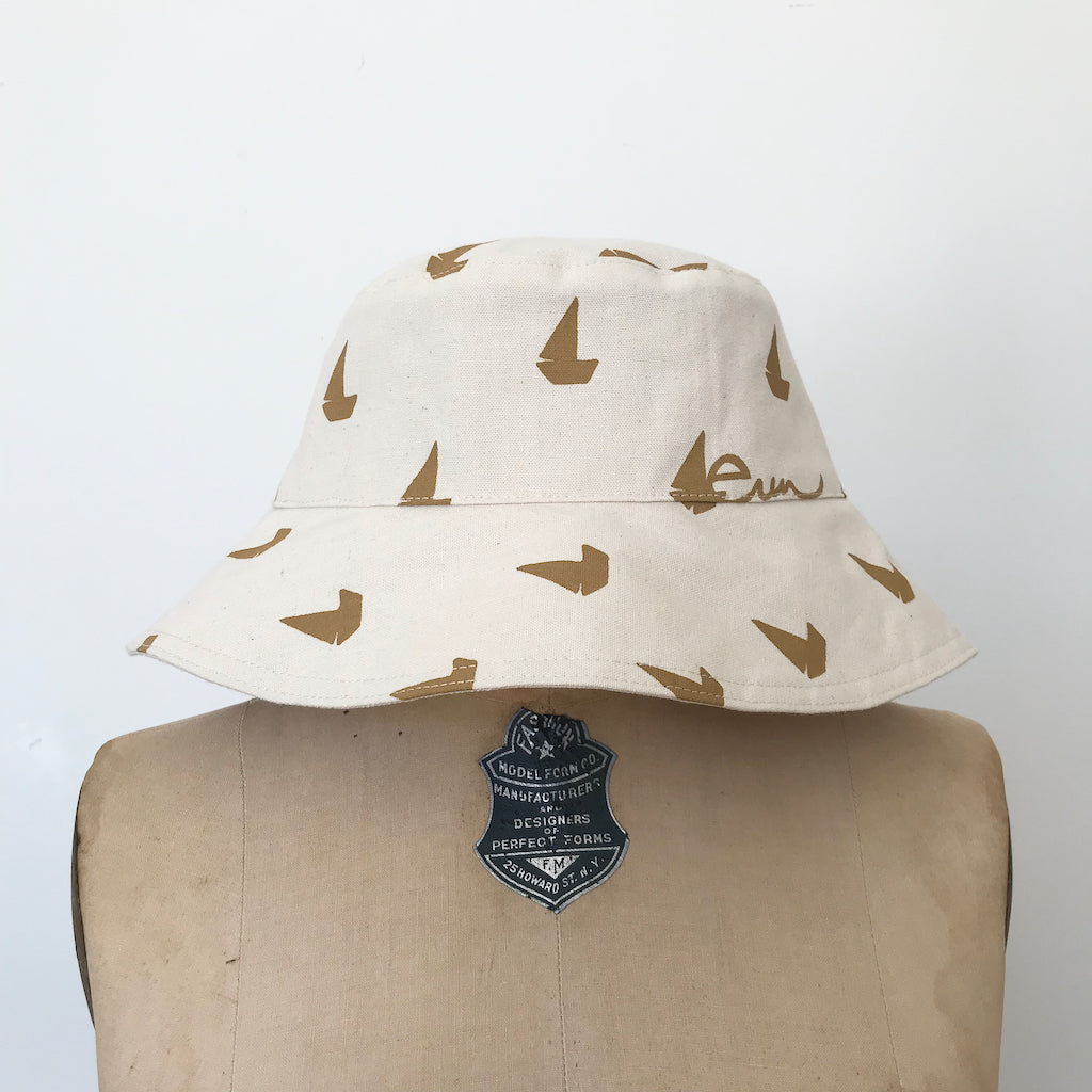 SHIPS NOW! SAND SAILBOATS BUCKET HAT
