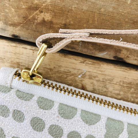 OATMEAL HILARY WRISTLET ZIPPER BAG