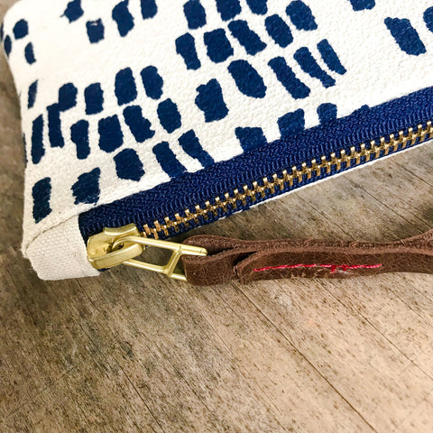 NAVY RAIN WRISTLET ZIPPER BAG