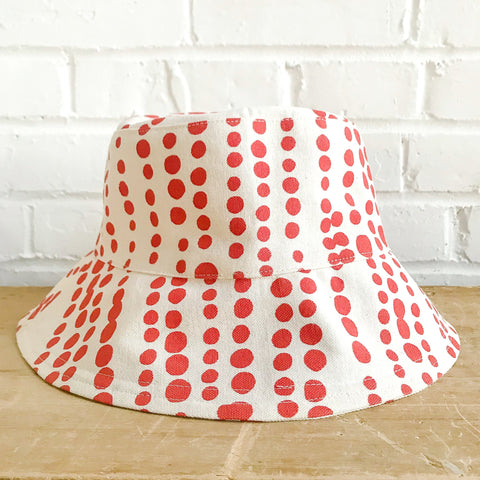 LIPSTICK HILARY BUCKET HAT