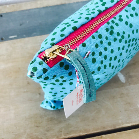 KELLY GREEN POLKA DOT ON BLUE LINEN ZIPPER BAG