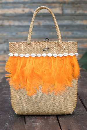 Queencii – Ruth Beach Straw Bag Feathers Seashell Beige Orange