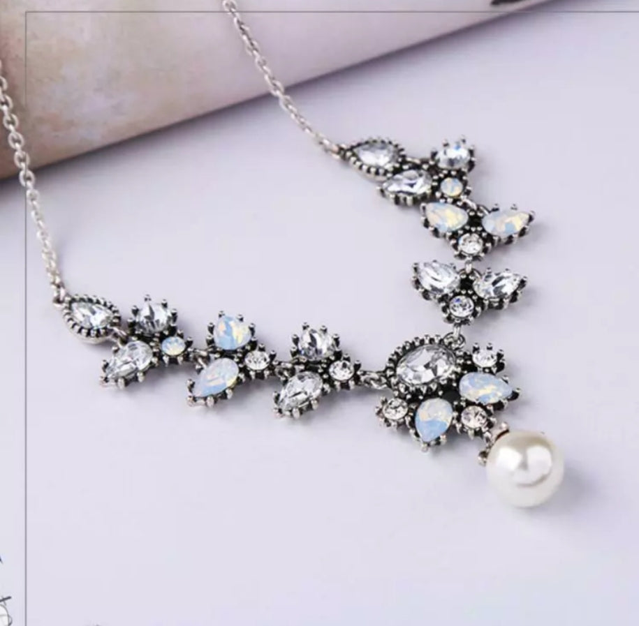 CLARA Rhinestone and Pearl's V-drop necklace