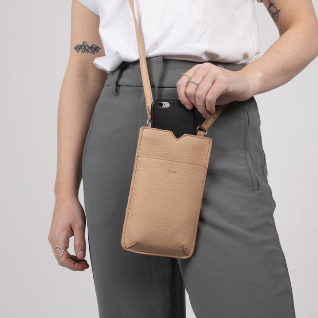Pebble Tech Crossbody - Dune - The Grinning Goat