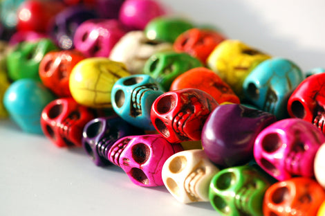 1 Strand Medium MULTI COLORED Stone Skulls  18mm  how0322