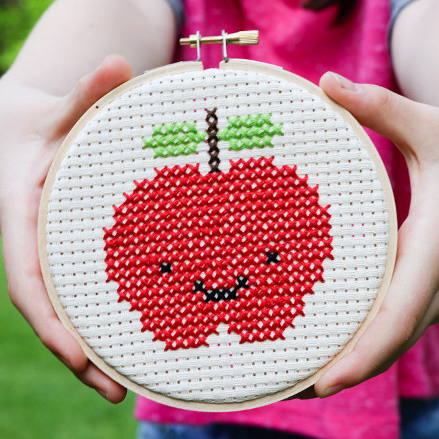 Free pattern: Kawaii cross stitch apple