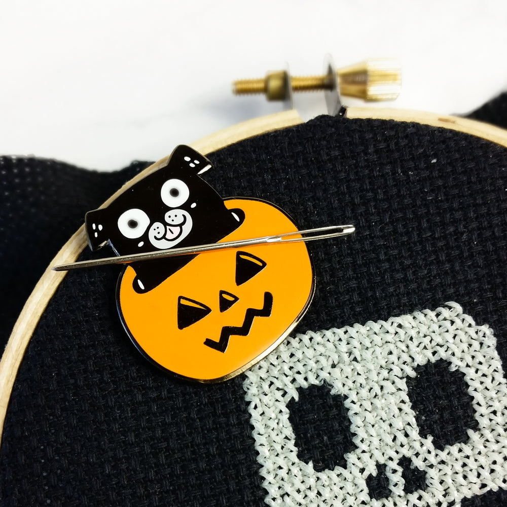 Magnetic Needle Minder Hoop Flair - Pug in a Jack-o-Lantern