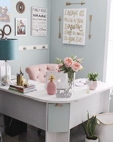 small-work-space-girl-boss-inspiration-pink-gold-offices