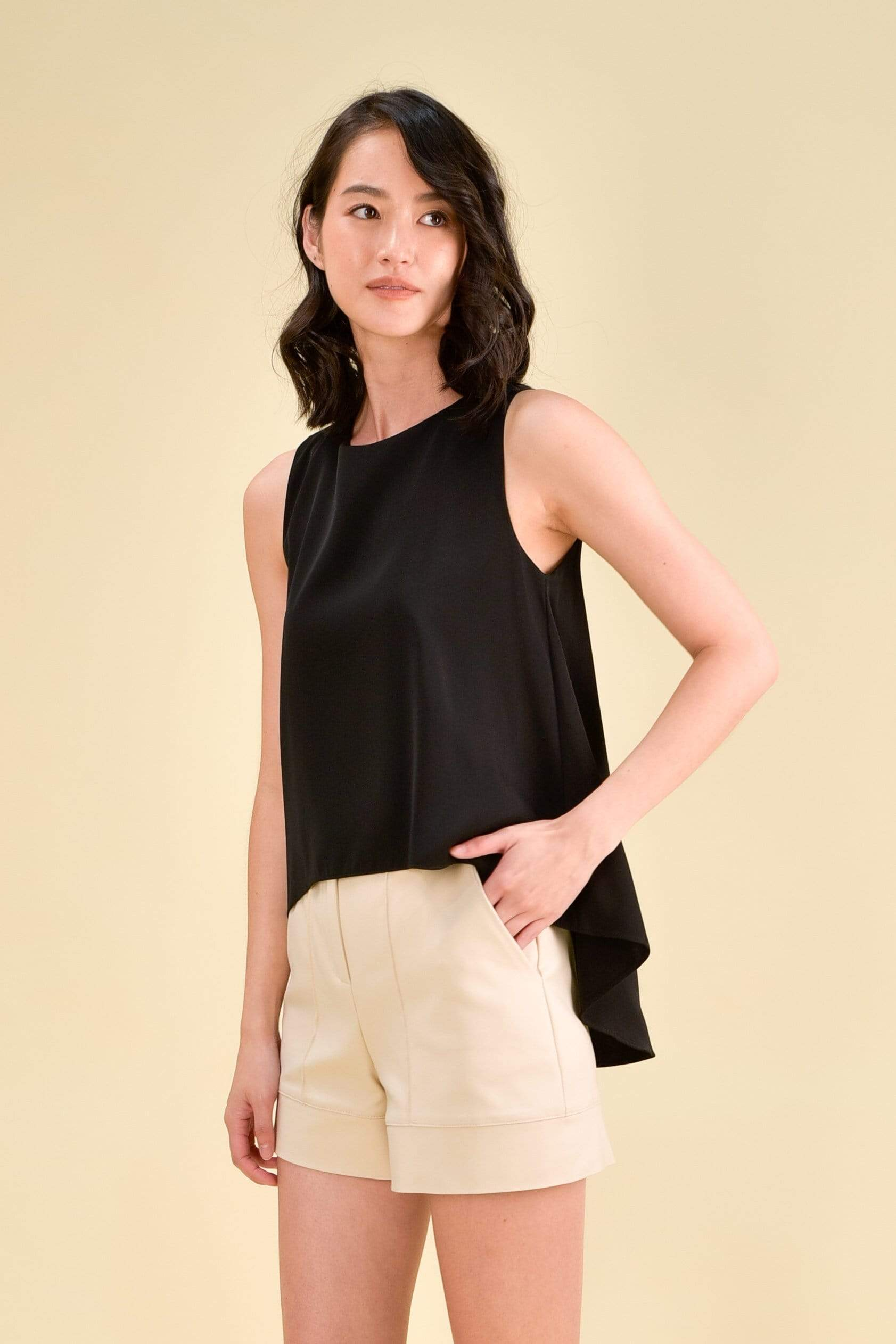VONNE DIP HEM TOP IN BLACK