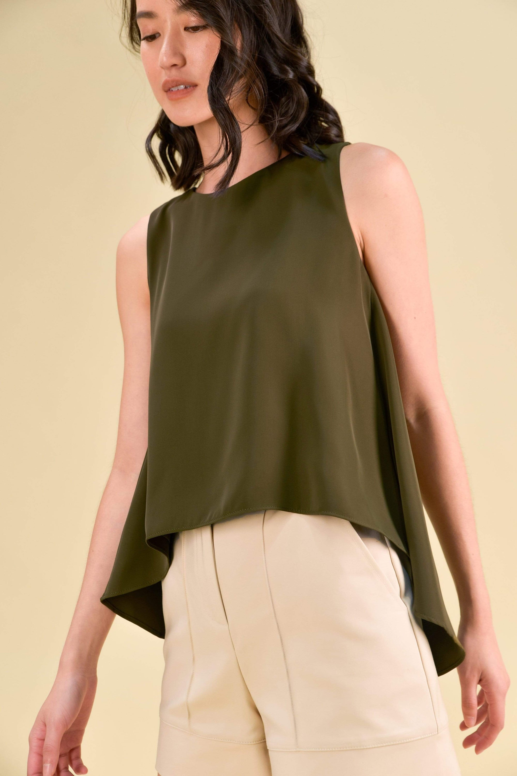 VONNE DIP HEM TOP IN OLIVE