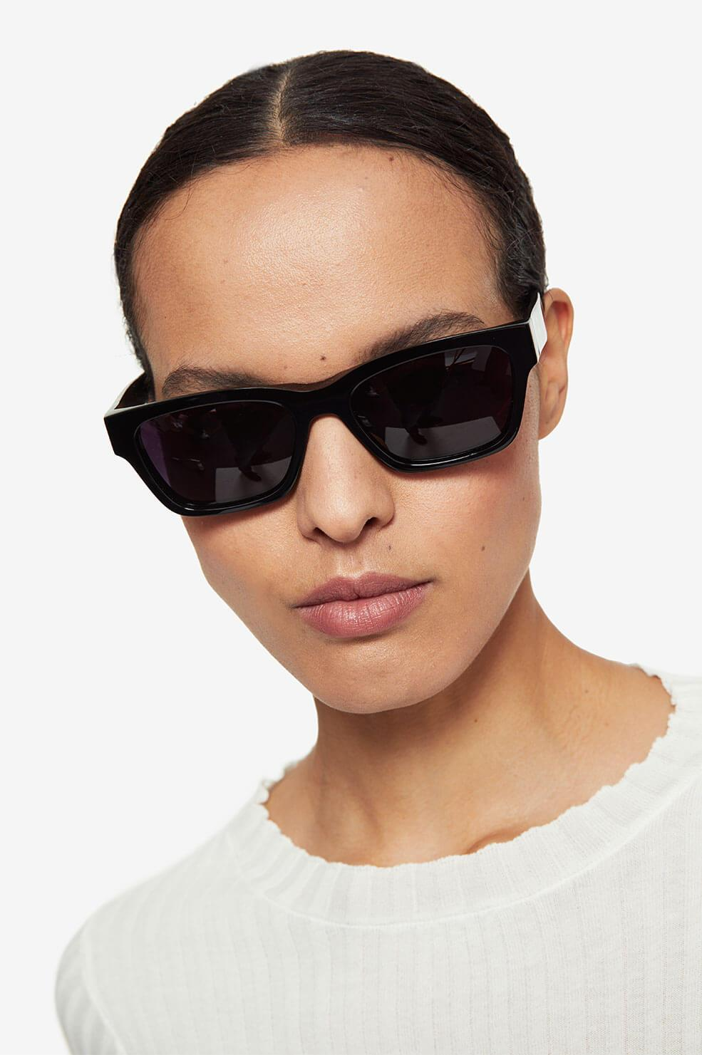 "<font color=""#ff0707""><strong>PREORDER </font color=""#ff0707""> </strong> <br/>Daria Sunglasses - Black"