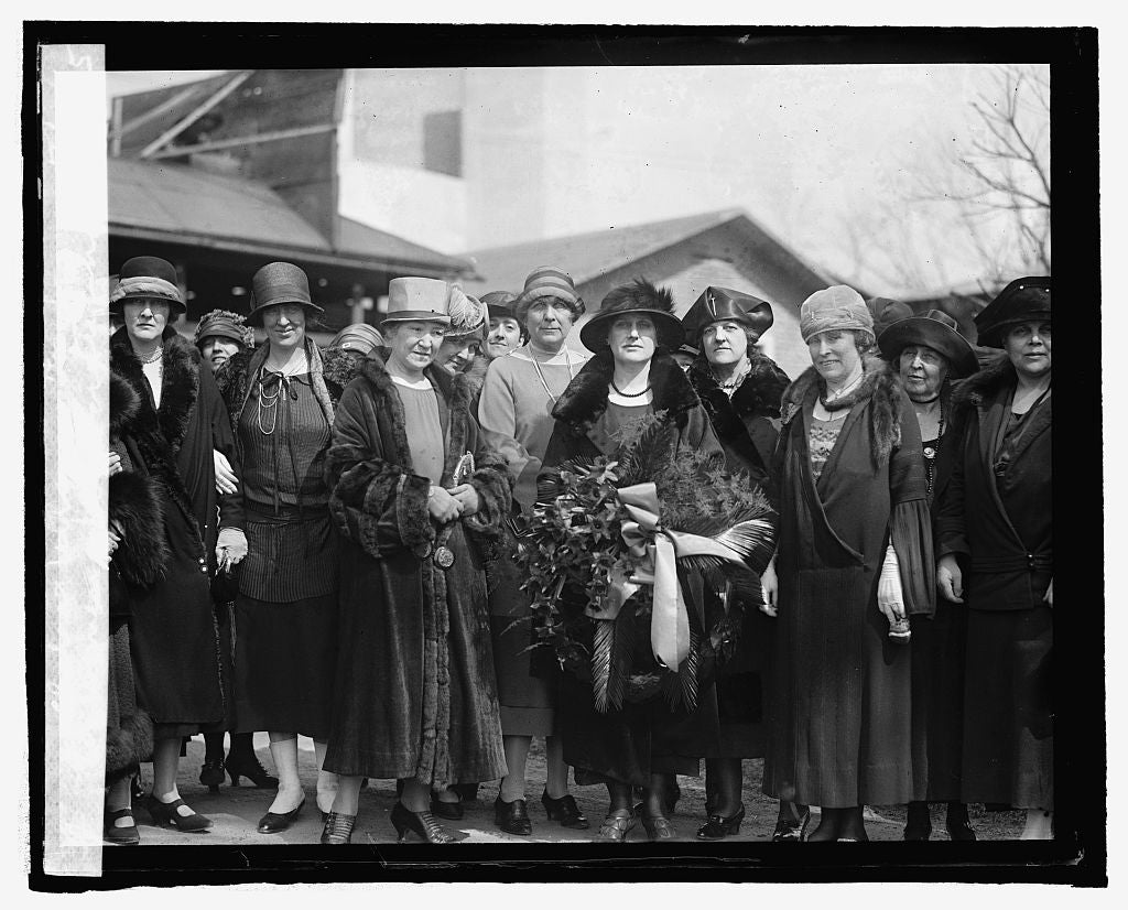 16 x 20 Reprinted Old Photo ofWomen's Democratic Nat'l club at Wilson's tomb, 3/7/25 1925 National Photo Co  65a