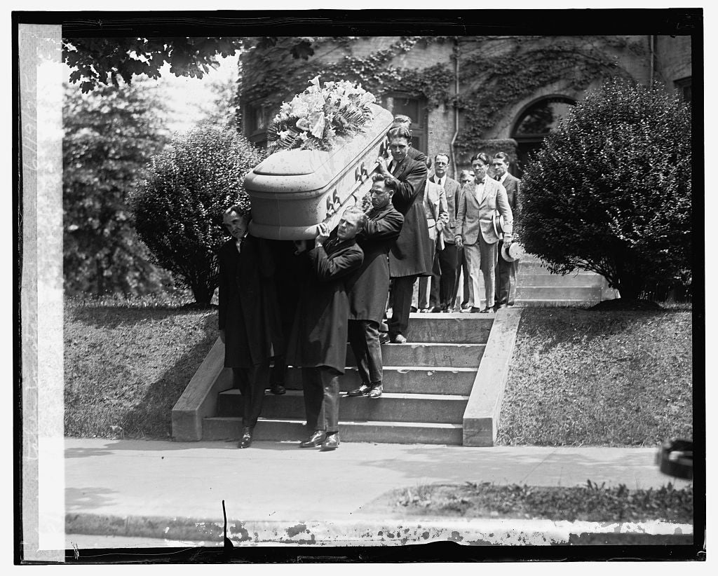 16 x 20 Reprinted Old Photo ofBody of senator La Follette being taken to station, 6/19/25 1925 National Photo Co  23a