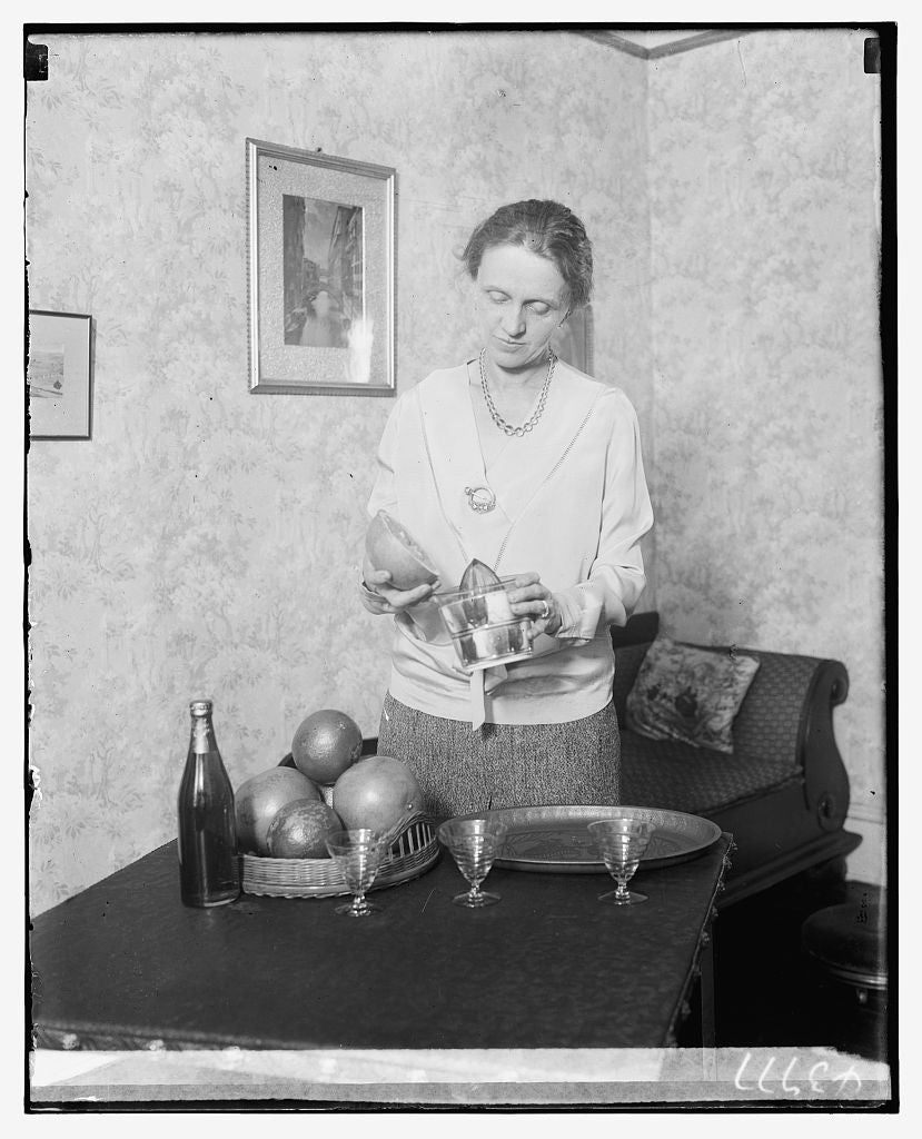 8 x 10 Reprinted Old Photo of Unidentified woman juicing grapefruit 1921 National Photo Co  11a