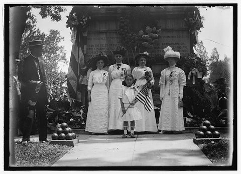 8 x 10 Reprinted Old Photo of Group at unknown Civil War soldiers tomb, Arlington, [Va.] 1921 National Photo Co  05a