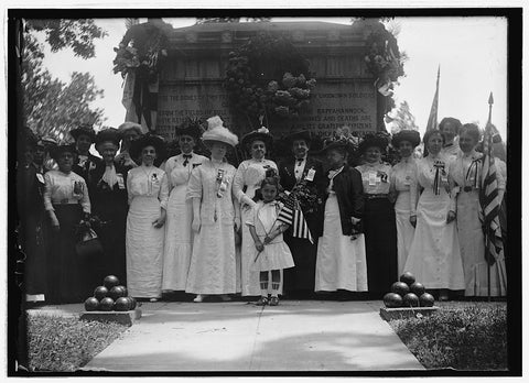 8 x 10 Reprinted Old Photo of Group at unknown Civil War soldiers tomb, Arlington, Va. 1921 National Photo Co  06a
