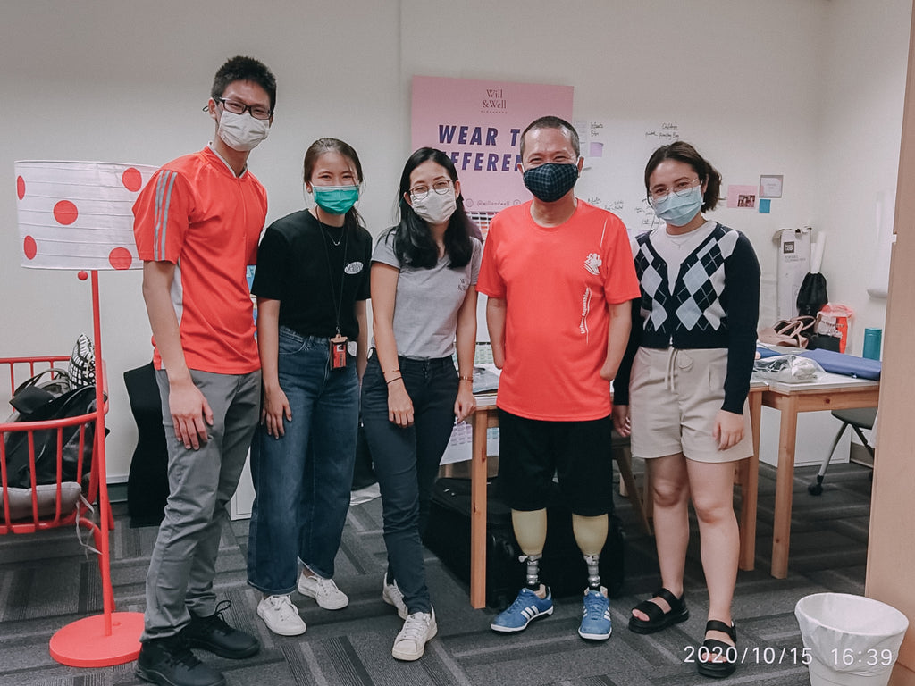 Whee Boon (second from the right) with a group of students and Elisa (middle)