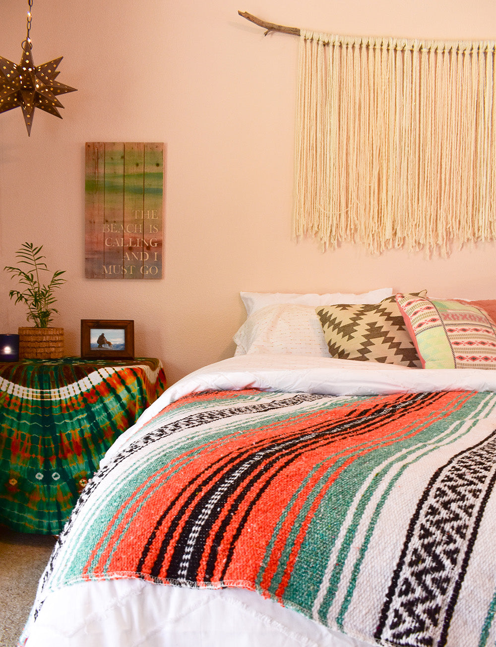Beachy summer style for the boho bedroom. Tropical color. Patterns & Texture. Drift Wood. Tie-Dye. Summer 2018 is set.