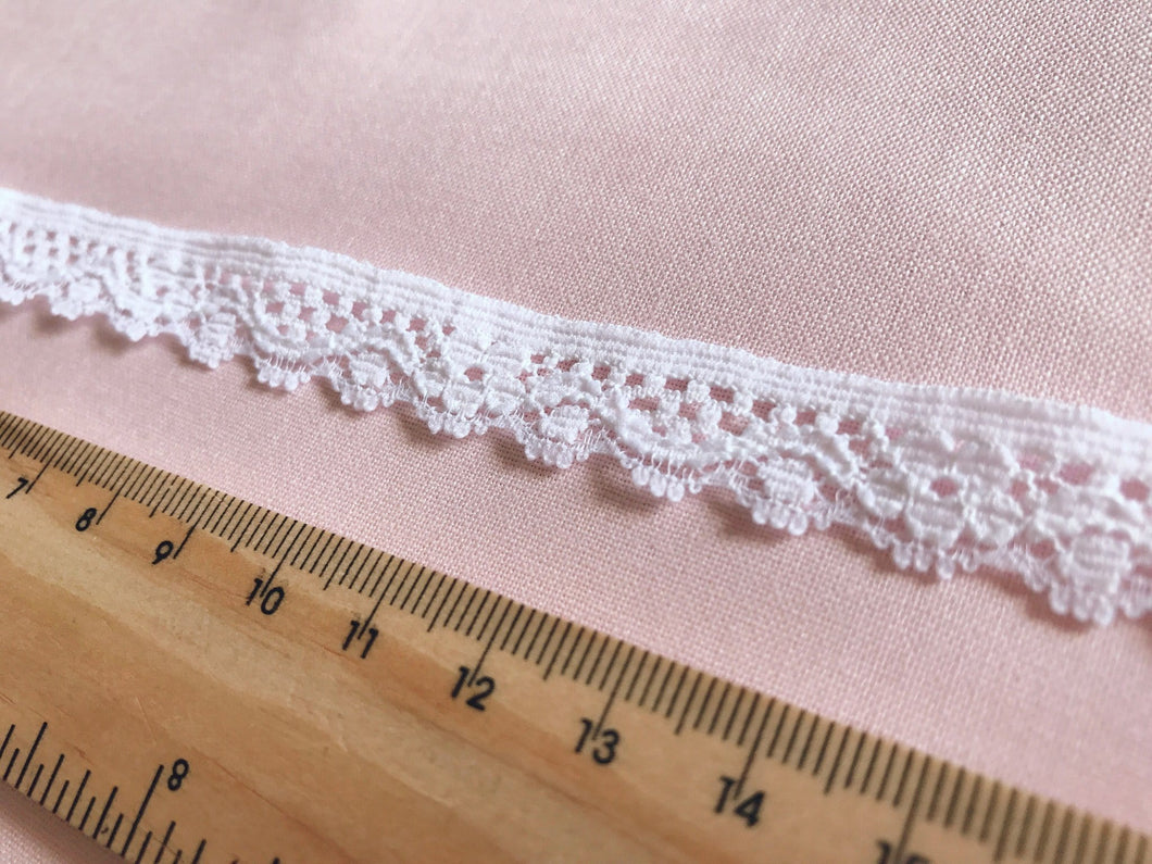 TL07 - 15mm White Flower Cotton Trim