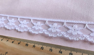 TL09 - 20mm White Daisy Scalloped Trim