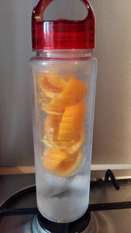 Gourde à infuseur de fruits avec épluchures d'orange