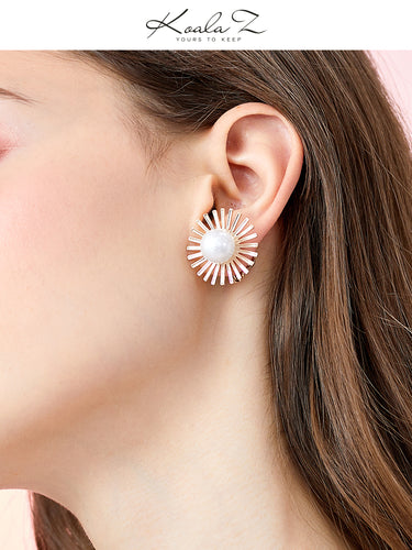 Design simple exaggerated personality light big flower daisy earrings ear clip earhole female Europe and the United States cold wind