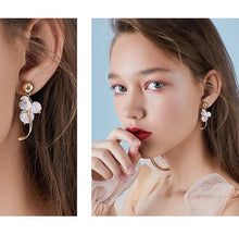 Load image into Gallery viewer, High grade natural shell, pink crystal, popping flower, curved earring, no earhole, no pain, ear clip, female Japan