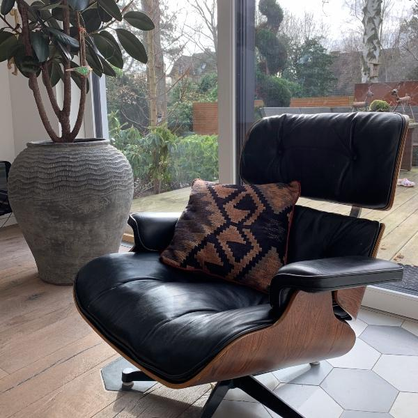Charles Ray Eames Lounge chair med den perfekte pude i. Købes hos RAUMTRAUM.dk