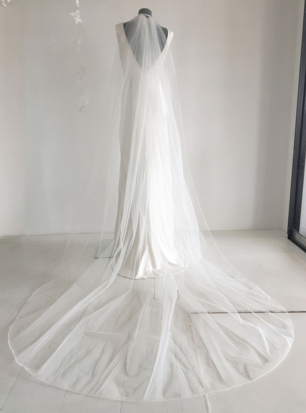 Single-Tier Cut Edge Veil