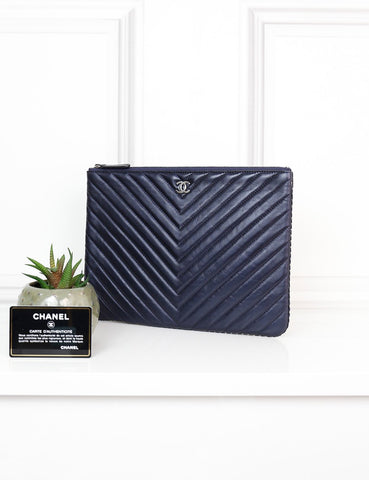 CHANEL ACCESSORIES One size / Navy blue CHANEL Medium Classic O Case in soft chevron leather with studs