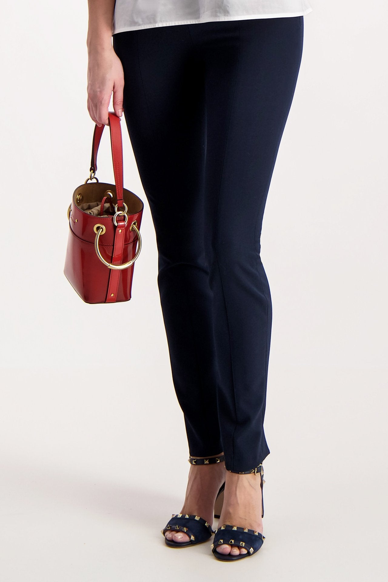 Model Image of Chloé Roy Glossy Bucket Bag Earthy Red